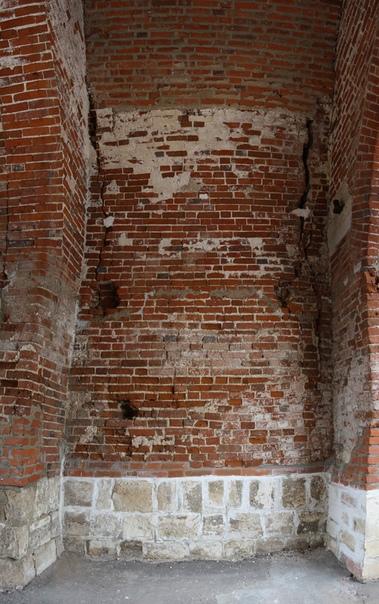 В правой стене, если выходить, довольно много дыр и огромные трещины. Недавно тут рухнула стена: https://vk.com/photo16174219_456261796