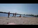 Бабки дефают пляж от шлюх
