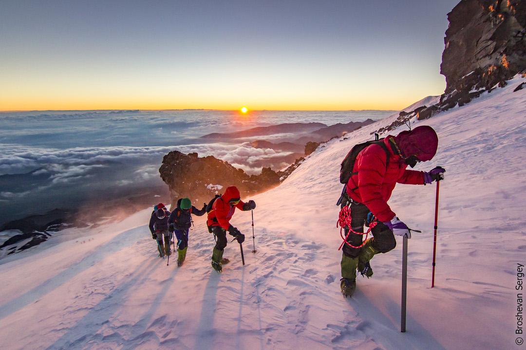 рассвет на восхождении на Эльбрус с севера
