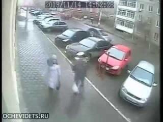 девушка неудачно выехала с парковки