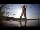 Нудистка на озере