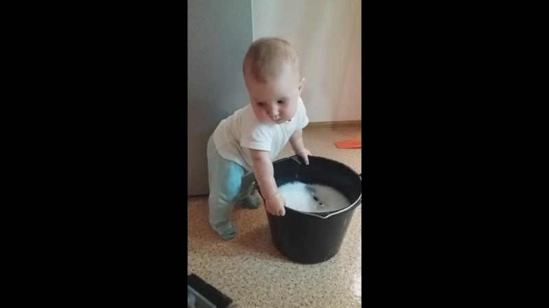 вся семья занята уборкой