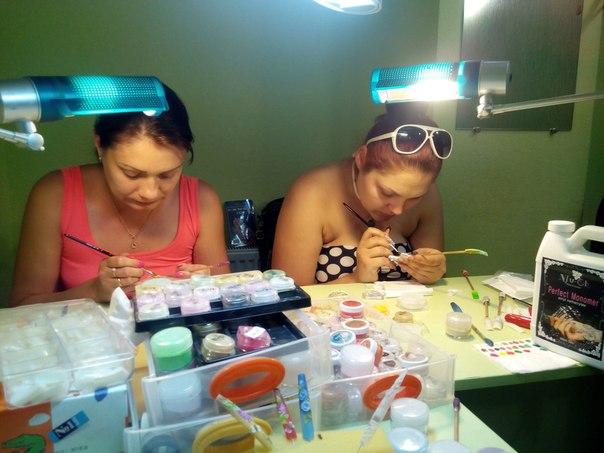 Олечка и Лизочка стараются создать красоту в первый день курса Акриловой лепки. И самые первые работы: