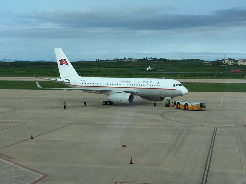 Северная Корея Владивосток. Ту-204 рулит к аэропорту