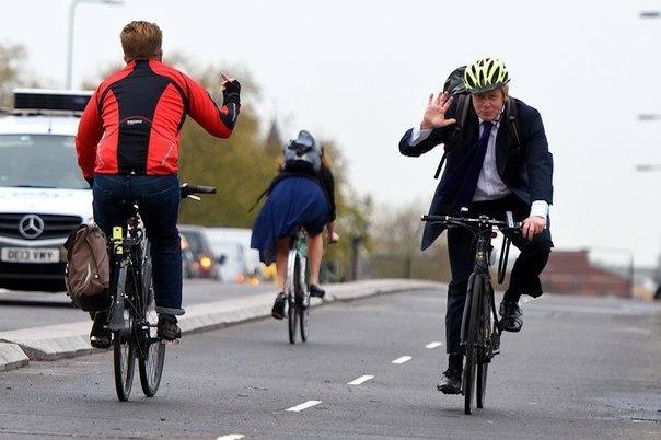 Костюмдегі велосипедші - Лондон мэрі.