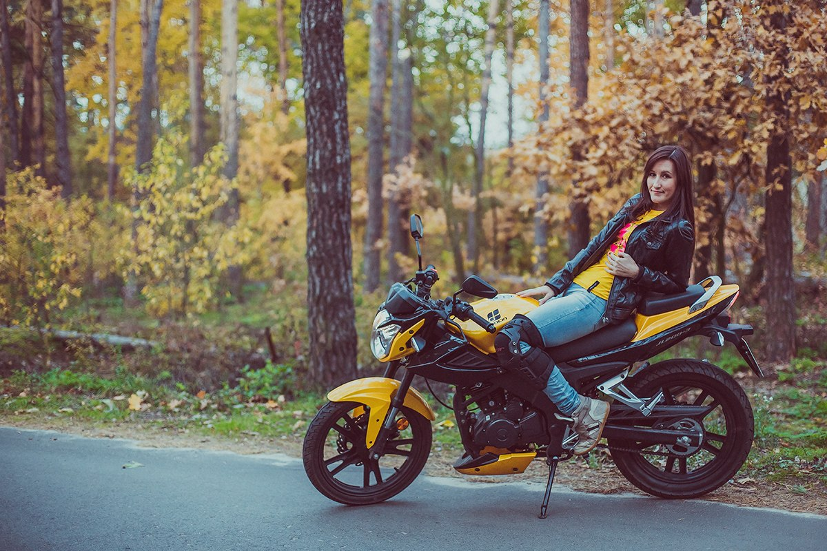 Девушка на мотоцикле голая под кожей