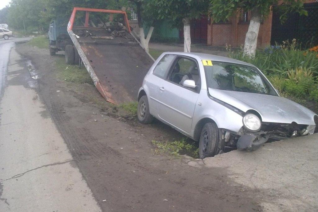 20-летняя женщина-водитель «Фольксваген - Лупо» на большой скорости врезалась в бетонное препятствие