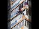 В Красноярске мужчина выпал с балкона 10 этажа