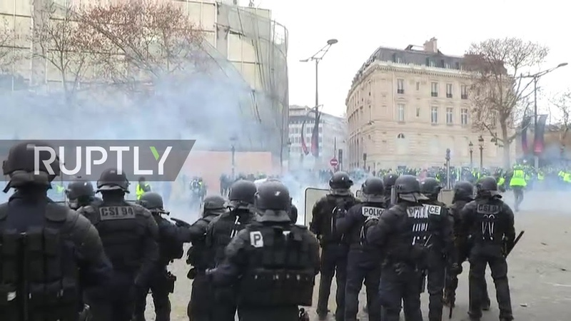 France Protesters detained and injured as 'Yellow Vest' demo turns violent