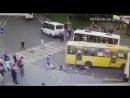 автобус давит двух девушек