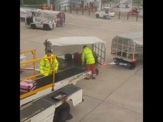 Скоростная разгрузка чемоданов.