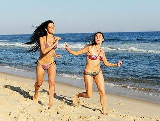 Фото девушки на пляже.