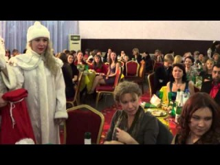 Дед Мороз и Снегурочка раздают подарки на Оливье Шоу