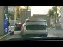 Девушка заправляет () электромобиль. Блондинка и машина Тесла (Tesla) на заправке.