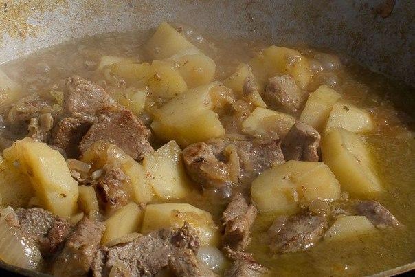 рагу с картошкой в казане что нужно: кусок свининыкартофельлук репчатый (много)растительное маслосоль, перец, специичто делать: * раскаляем растительное масло в казане.* нарезаем мясо средними