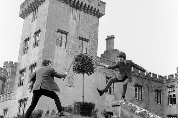 Джон Леннон и Джордж Харрисон состязаются на мечах