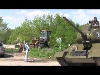 6 мая 2014 года, Луганск. Танк! В Луганске сняли с постамента памятник, залили горючку, и поехали