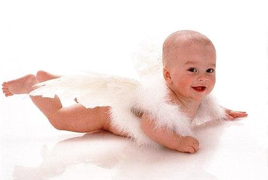 Совсем не каждый может похвалиться,  Что Ангела увидел своего. А я знакома с ним. И я могу гордиться. Он теплый. Маленький. И я люблю его.