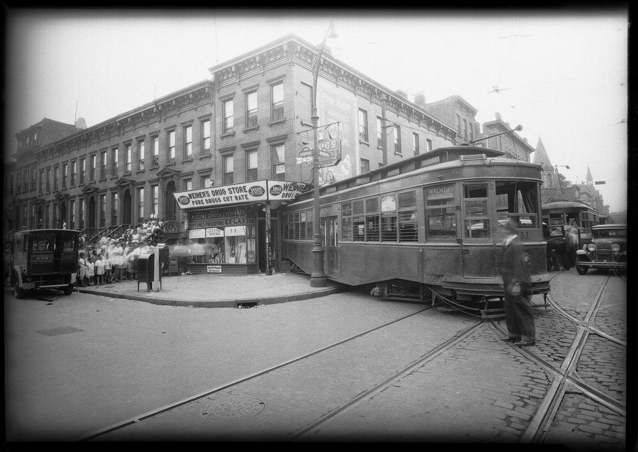 Трамвай, сошедший с рельсов на пересечении Nostrand и Putnam авеню, Нью-Йорк, июль 1931 года.