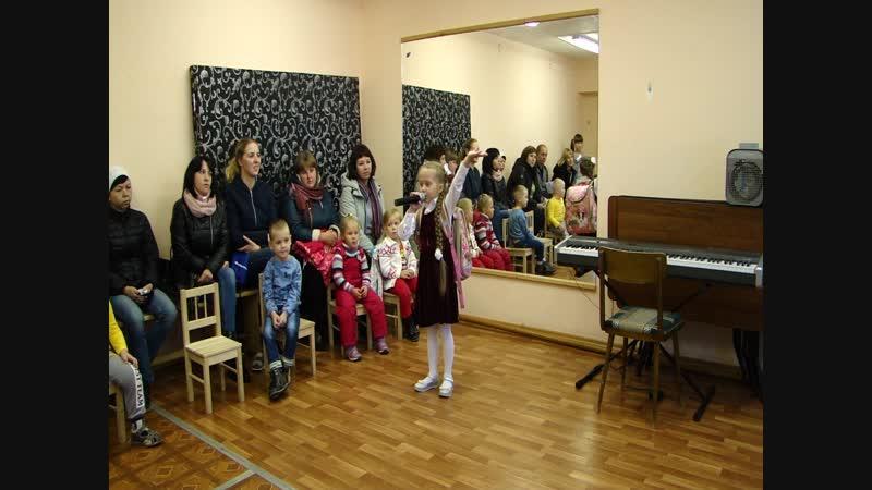 Выступление Насти Башкировой песня Первоклассница на родительском собрании
