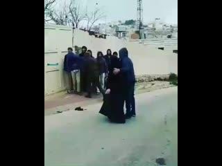 Толпа евреев нападают на мусульманку в Палестине, один палестинец разгоняет толпу шакалов