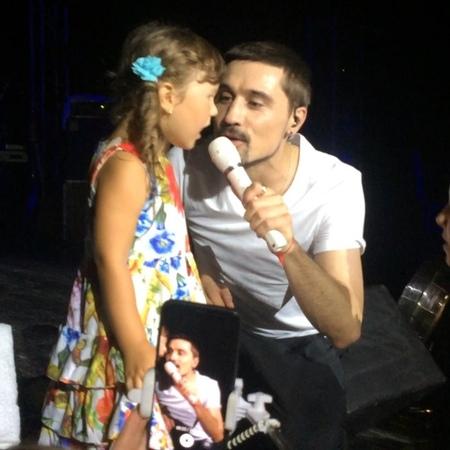 Лена Мельникова on Instagram Это просто милота всех милот Девочка пошла дарить Диме цветы он ее пригласил на сцену и спросил какую песню она зн