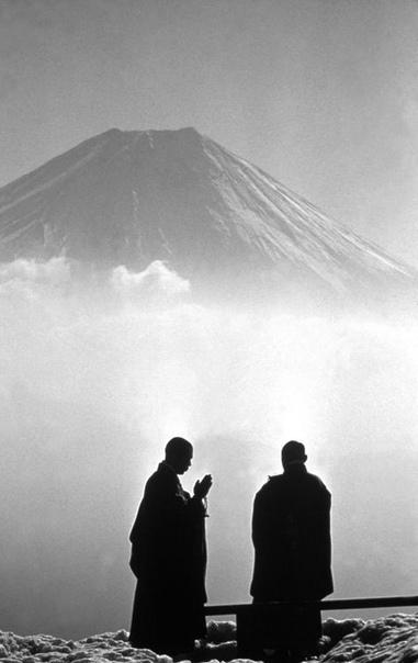 Монахи созерцают величественную гору Фудзи. Раннее утро.1961 г.Япония