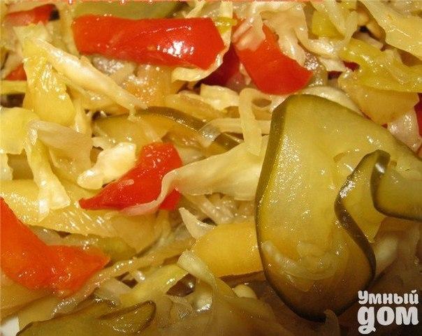 ЧАЛАМАДЭ- маринованные овощи по-венгерски Ингредиенты 5 кг огурцов, 2 кг зел.помидора, 2 кг красного перца мясистого, (или жёлтый, зелёный перец) 2 кг капусты, 1/2 кг лука, 1/2 кг тёртой морковки, 1/2 кг сахара, 1 л уксуса 9 %, 2 горсти соли, чёрный перец по вкусу, 2 без верха ч.л. салициловой кислоты. Как приготовить Удовольствие, которое вы получите, открыв зимой баночку салата собственного изготовления, не сравнится ни с какими заморскими деликатесами – ведь вместе с овощами Вы кладете в…