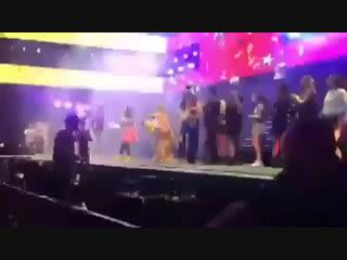 — Каролина и ребята танцуют вместе с Микки.