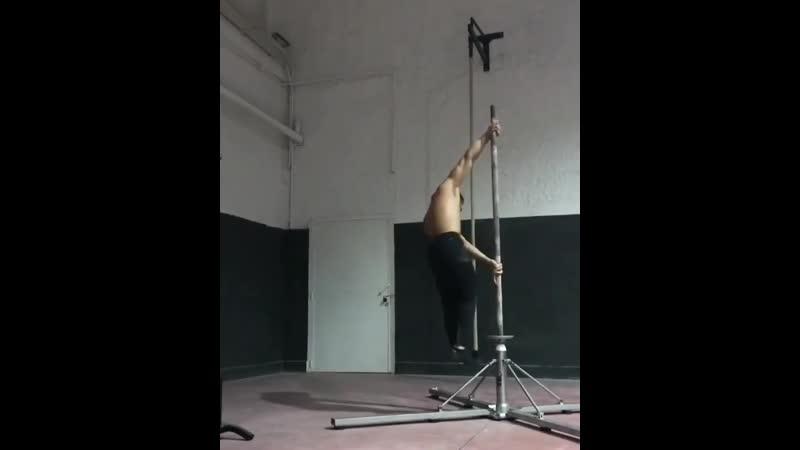 Strength of Body Парень показывает мощный элемент