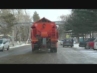 Улицы Дальнереченска подсыпают противогололедным материалом