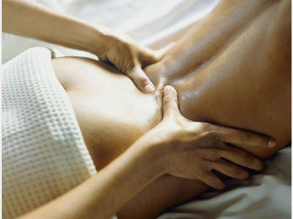 девка делает массаж парню: