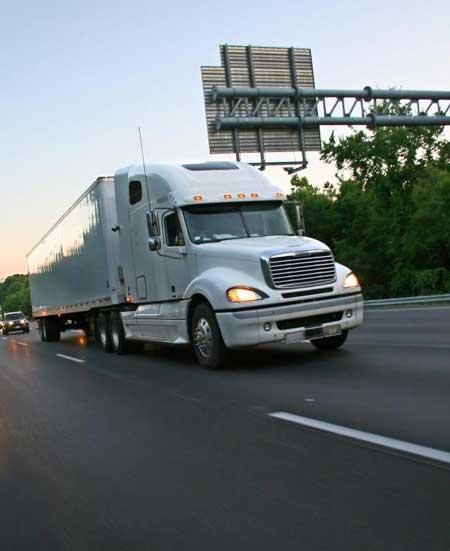 Логистика грузоперевозок может включать в себя улучшение маршрутов грузоперевозок для максимальной эффективности.