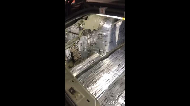 Процесс проклейки багажного отделения