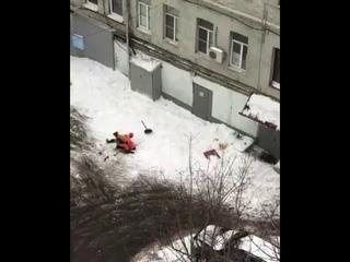 Дворник упал с крыши дома убирая снег Бауманская 56/17 стр.1
