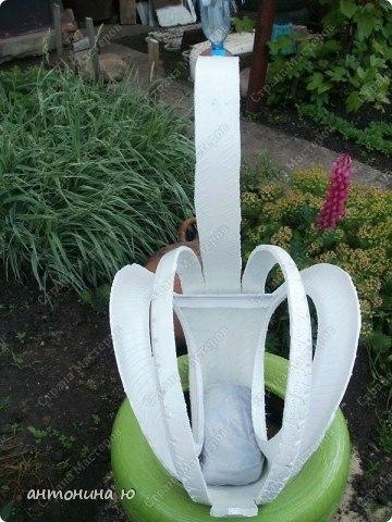 Завалялись старые покрышки Сделайте из них лебедя! :) Потребуется 2 шины, железный прут, проволка, краска.4 разреза по 1/3 длине шины, середина - шея выгибается в обратную сторону. Шея держится