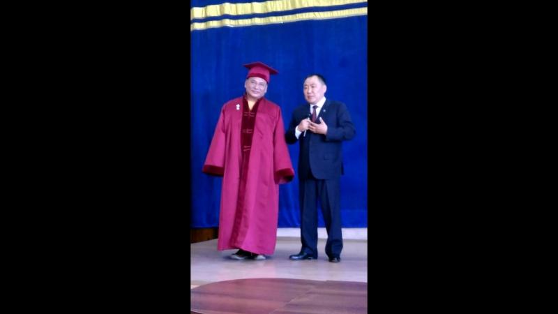 Досточтимому Учителю Геше Джампа Тинлею, духовному представителю ЕС Далай-Ламы, вручают звание Почетный профессор Тувинского го