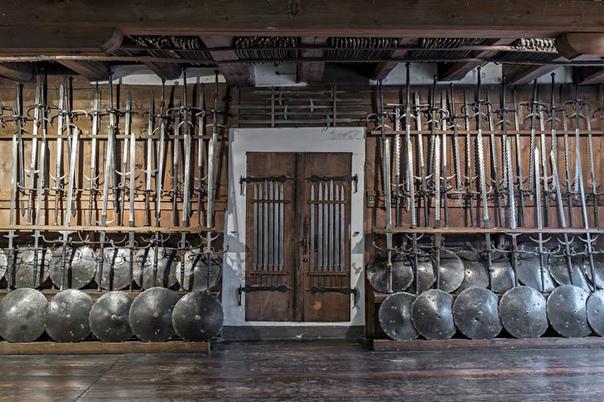 Грандиозная коллекция средневекового оружия.