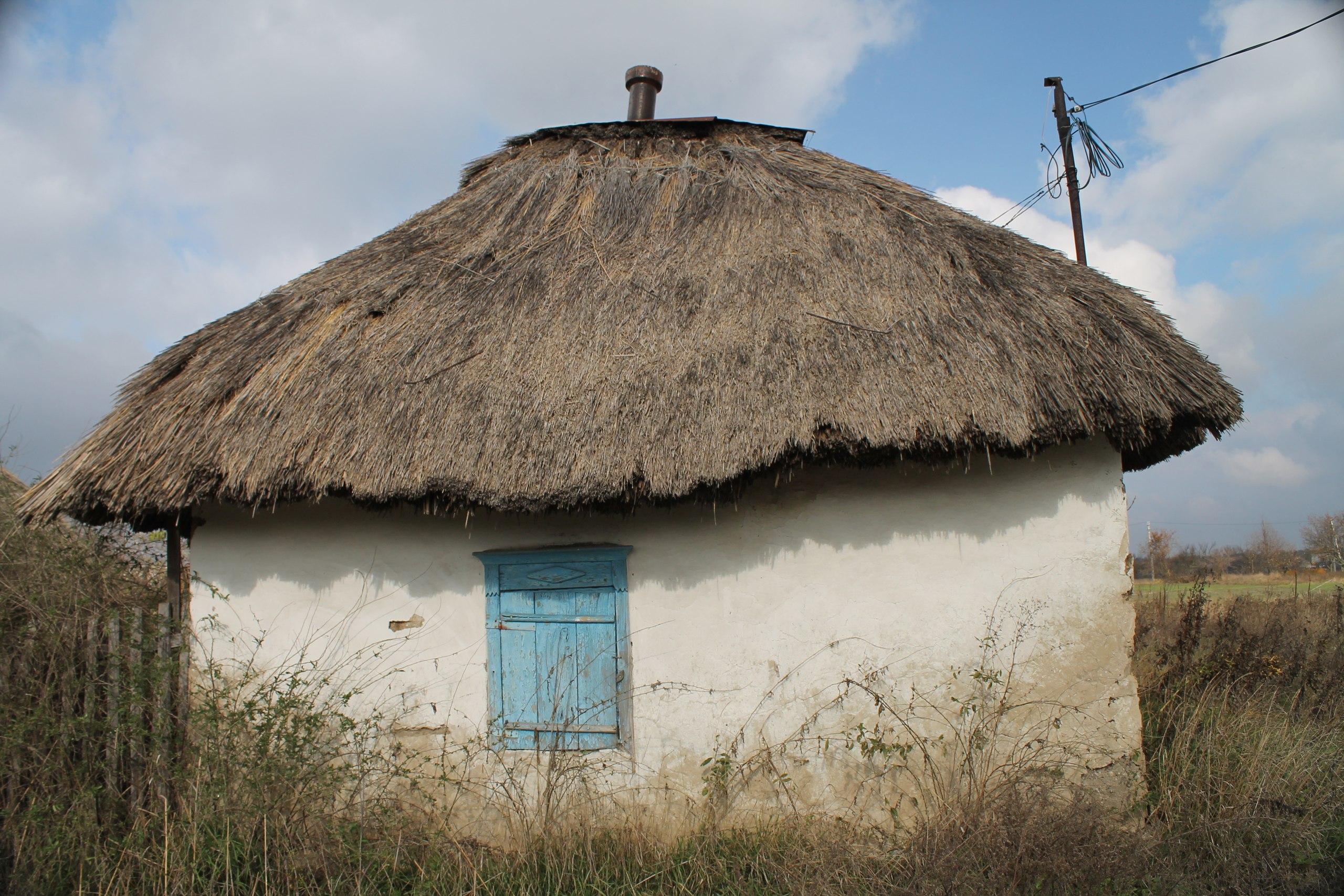 Маленькая украинская деревня с мазанкой