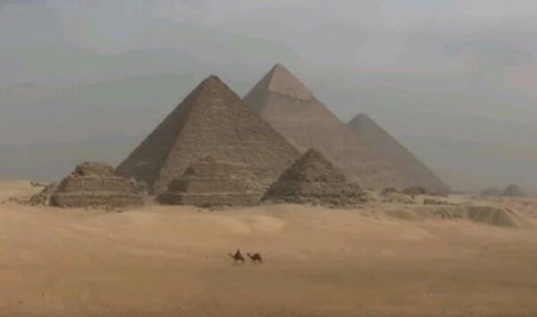 Загадки истории: куда исчезли облицовочные плиты с Великой Пирамиды Интересные наблюдения И.Е. Кольцова.Известные пирамиды в египетском районе Гиза до сих пор хранят свои тайны. Например, на