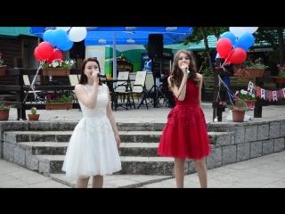 Алина Севрюкова и Дарья Вяткина поют в парке Барнаульская крепость на День России 2018г