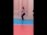 Школьница в обтягивающих лосинах в спортзале приседает качает попу
