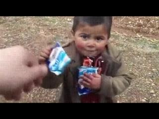 Турецкий солдат даёт шоколад сирийскому ребёнку)))ТВОРИ ДОБРО!