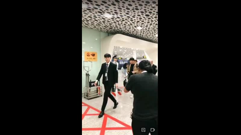 ДжиХё прибыли аэропорту в Шэньчжэнь, Китай