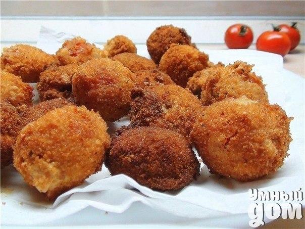 Жареные помидоры в сырном кляре Ингредиенты: -4 крепких плотных помидора -сушеная молотая паприка -чеснок молотый или свежий, натертый на мелкой терке -черный или красный молотый перец -150 гр. твердого сыра -майонез или сметана — 2 ст. ложки -яйца — 2 шт. -растительное масло для жарки Приготовление: Помидоры помыть, опустить на несколько секунд в кипяток, снять кожицу. Нарезать кружочками, посыпать паприкой, чесноком, черным или красным перцем на Ваше усмотрение. Делаем кляр: взбейте 2 яйца,…
