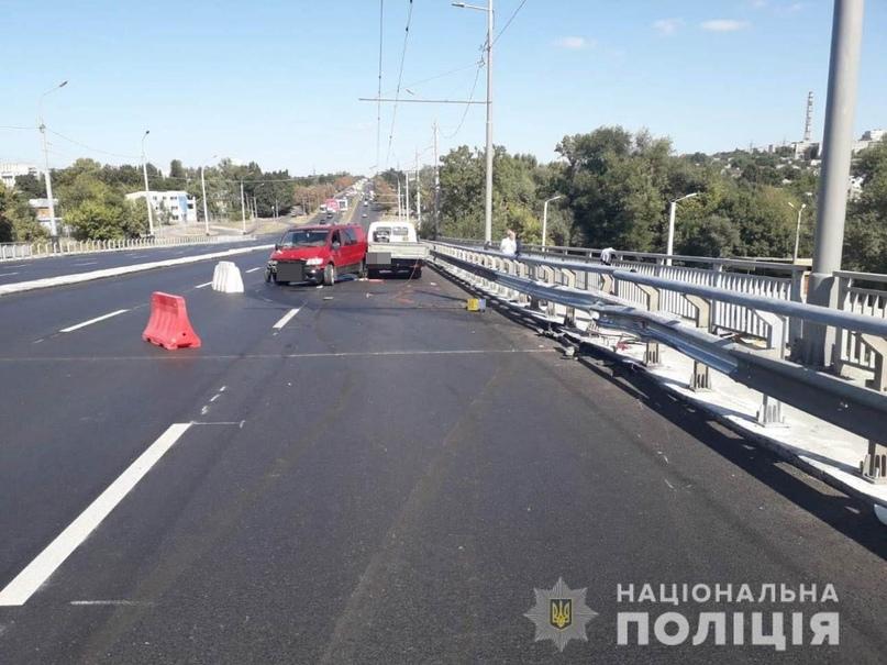 На Коммунальном мосту пьяный водитель сбил двух рабочих: полиция, - ФОТО