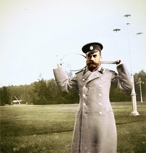 Николай II перед игрой в теннис.