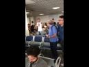 Bandeira bate boca com torcedor no aeroporto