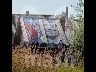 В Карелии пенсионеры покрыли крышу бани плакатом с изображением губернатора