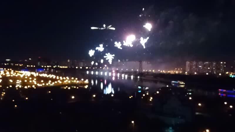 Из моего окна салют виден, на берегу реки Москва!
